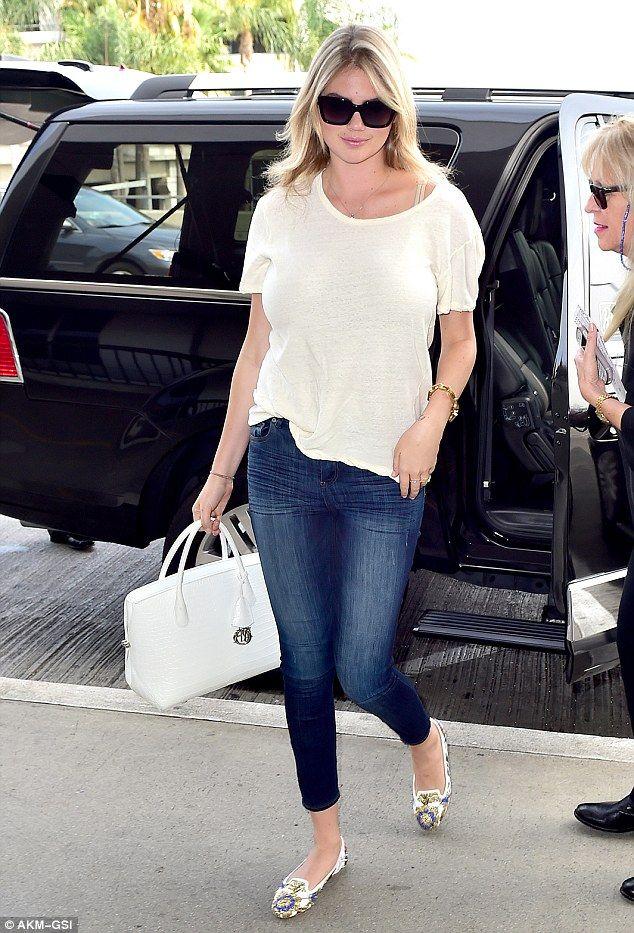 Es por eso que ella es una estrella: Kate Upton mantuvo simple pero sexy en jeans ajustado...