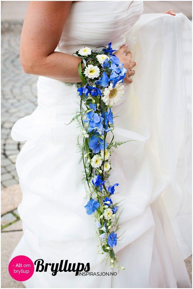 Spesiell hengende brudebukett i blått og hvitt.