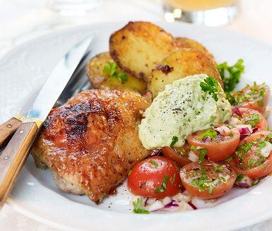 Fräscht recept på ugnsstekt kyckling med tomatsallad, avokadoröra och rostad potatis som fungerar lika bra på fest som till vardags! Smaksättare som soja, sweet chilisås, vitlök, citron och persilja ger rätten fin karaktär. Smaklig måltid!