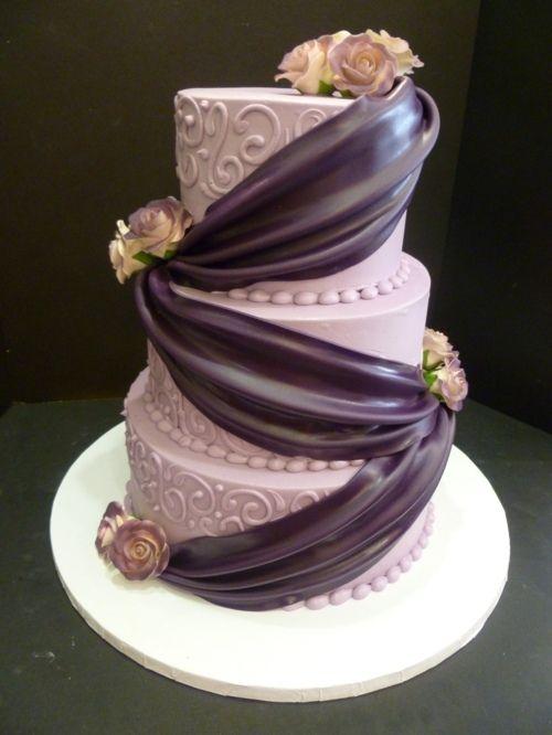 De la couleur violette pour un gâteau de mariage en trois étages