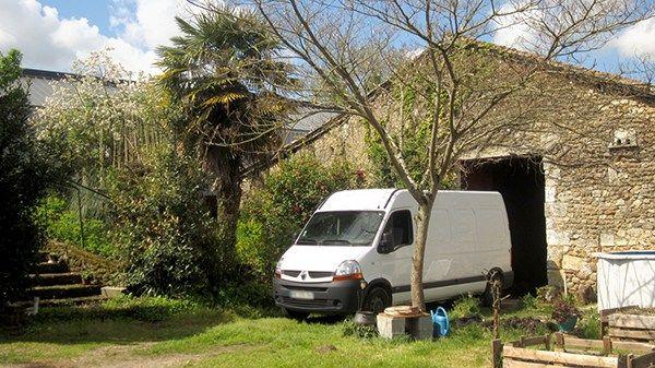 Rien de mieux qu'une grange à l'abri des regards pour aménager un van ! ©Spicerabbits