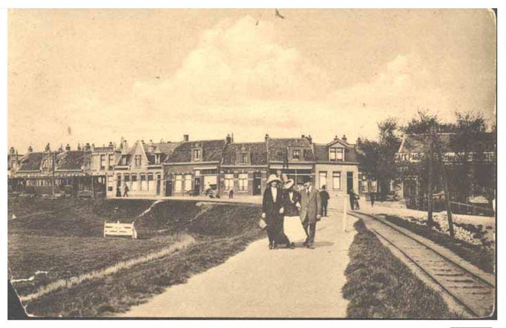 Hier buigt het trammetje af van de Zuiderdijk, de latere Adelaarsweg, naar Buiksloot
