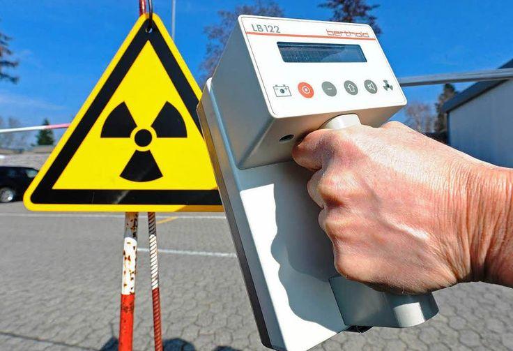 Mit einem Geigerzähler kann die Intensität radioaktiver Strahlung gemessen werden. Wie funktioniert das genau?Ein Geigerzähler misst ionisierende Strahlung. Diese Strahlung zeichnet sich dadurch aus, dass sie beim Auftreffen auf andere Elemente Elektronen aus deren Molekül- oder Atomstruktur heraus schießt. In der Regel geht diese Strahlung von radioaktiven Stoffen aus. Die Strahlung entsteht, da die radioaktiven...