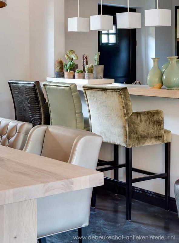 De zachte stof gaat prima samen met de strakke keuken en het staal. Geeft samen een mooi contrast.