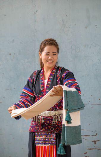 VÄLBALANS LIMITIERTE KOLLEKTION: Nittaya Soponprakopkit zog vor fast 10 Jahren von Mynamar nach Thailand um eine bessere Zukunft zu finden. Sie besuchte niemals eine Schule sondern lernte lesen und schreiben von einem Freund in einem Restaurant in dem sie arbeitete. In diesem Restaurant lernte sie ihren Mann kennen, der für Doi Tung arbeitete. Heute haben sie zwei Kinder. Ihr Traum ist es eines Tages im Ausland zu arbeiten und am Meer zu leben.