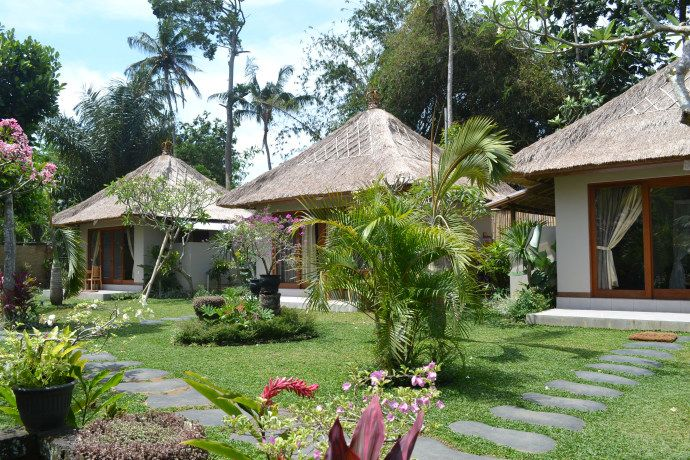 The bungalows are build in the rear of traditional Balinese compound a way from busy street ,which make your stay very Quiet and peaceful .light breakfast served in the terrace  look over the green garden and outdoor swimming pool. You will witness daily offering in the family temple and social life of Ubud community. Family also run a tourist service so you can arrange everything with the host. Located 5 minutes walk to royal Ubud Palace and 10 minutes to monkey Forrest sanctuary,good…