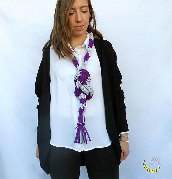 Sciarpa - collana di lycra. Sciarpa infinity. Collana intrecciata con nappa e perline. Regalo perfetto per un'amica alla moda.