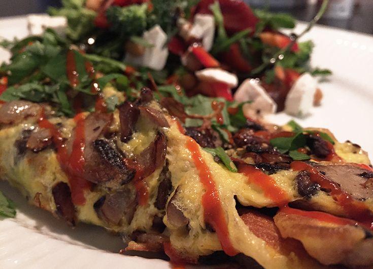 Verdens nemmeste omelet med ost, løg, champignon og frisk spinat.