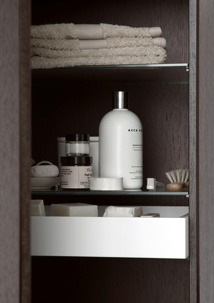Keep your things organised and make the most of the room in the tall cabinet with stackable and removable trays.
