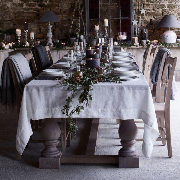 L'aspect naturel et massif du bois, les teintes neutres et minérales de la nappe et des imposantes bougies apportent la touche authentique nécessaire à un repas de Noël réussi. Agrémentez votre table de quelques branches pour accentuer le côté champêtre.