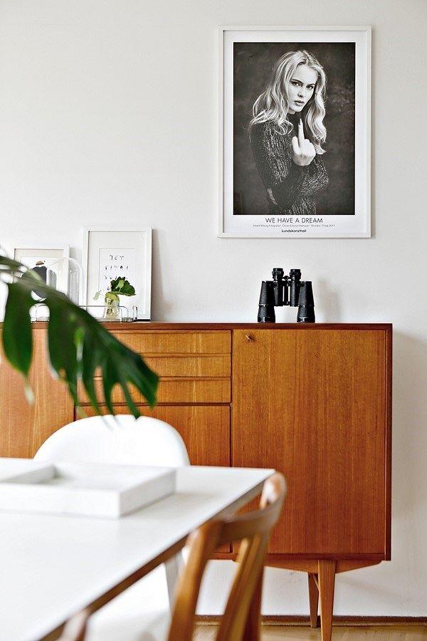 Välkommen till en lägenhet där ljuset och rymden talar för sig själv! Detta vackra hus, med sin speciellt utformning, designades av Hans Westman och stod färdigt 1952. Lägenheten erbjuder trevliga originaldetaljer blandat med modern funktionalitet. Hela 3 stora sovrum och vardagsrum med kamin. Med utsikt mot grönskande träd har man även en balkong där man kan njuta av kvällssolen.