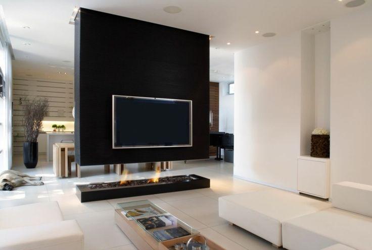 Fernseher an einer schwarzen, schwebenden Trennwand