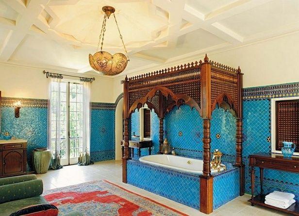 鮮やかなブルーのタイルと細かな装飾の天蓋つきの豪華なバスルームは、徹底したモロッカンスタイルです。天井の装飾もポイントです。