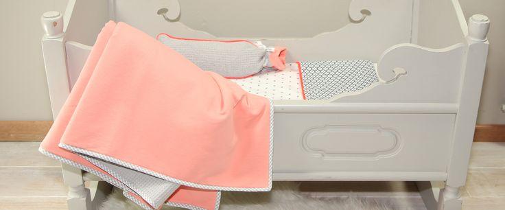 GIRLY PINK, Baby bedje in de kleuren grijs/koraal met een knal koraal bies. #toeti #toetiforkids #babybedje #babygirl #wiegdeken #babykamer