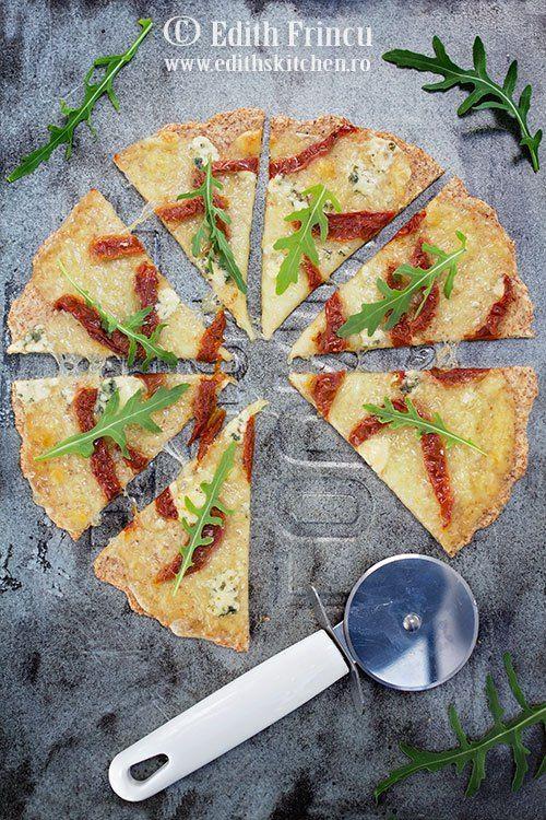 Pizza cu rosii uscate si branza - o pizza fara gluten, cu blat fara faina alba de grau, cu faina de migdale, tarate de psyllium si parmezan.