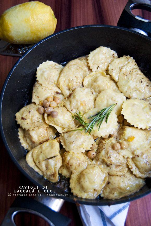 Ravioli di baccalà e ceci con burro nocciola al rosmarino e scorza di limone grattugiata. Una delle ricette più buone che abbia mai mangiato: morbidi, aromatici e saporitissimi! La ricetta potete trovarla su http://noodloves.it/ravioli-baccala-e-ceci-burro-nocciola/