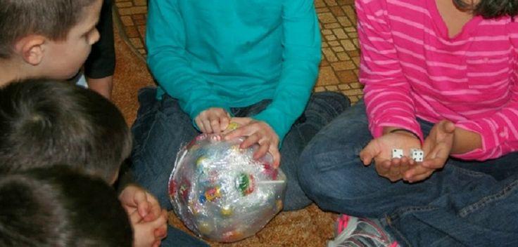 Le ballon de bonbons est un jeu alternatif idéal pour offrir des cadeaux à un groupe d'enfants et même d'ados, pratique pour Noël ou d'autres fêtes. Si v...