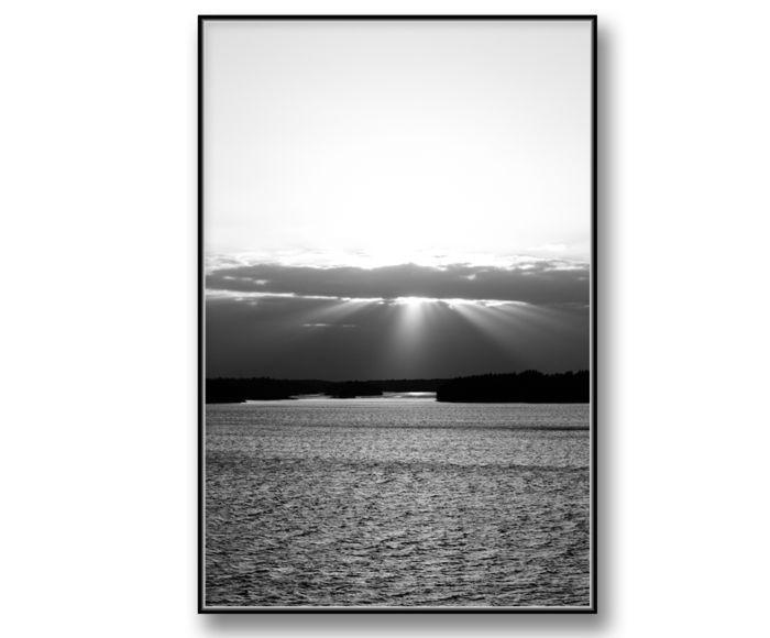 Himlen, solen och havet-Svartvit Poster, tavla med fotografi. Skapa en harmonisk heminredning med en härlig hemkänsla. Är jättefin att kombinera med våra andra tavlor, posters och prints med fotokonst i samma serie. Snygg, enkel och passar bra i tavelvägg med texttavlor, fashion posters och andra fotokonst,