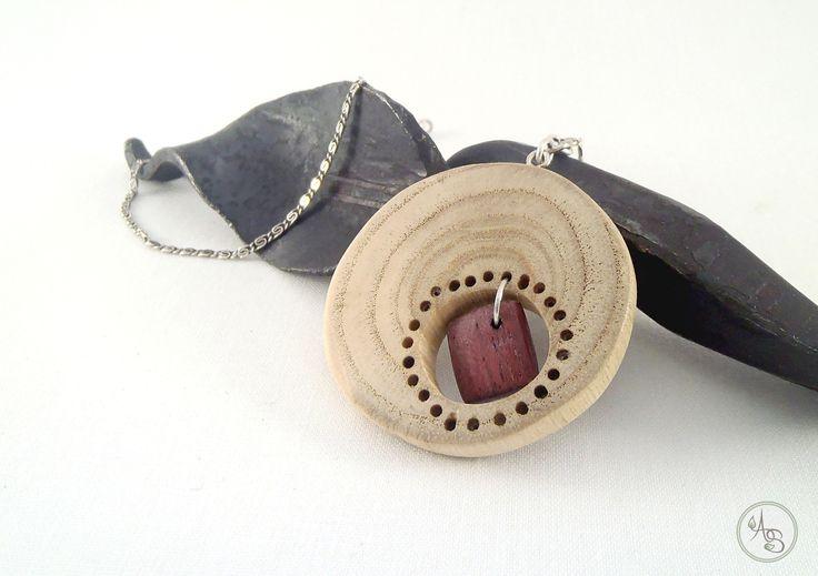 Pendentif en bois, collier avec pendentif cercle blanc et carré violet - Bijou éthique et durable ! : Pendentif par atelier-des-souches