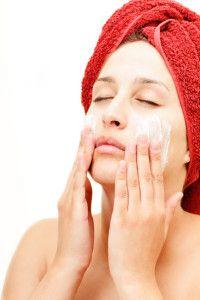 In de winter is er een lage luchtvochtigheidsgraad en krijgen velen last van een droge huid. Enkele gezichtsverzorging tips om een droge huid te behandelen!  http://www.natuuraanhuis.be/nl/blog/biologische-lichaamsverzorging/1039/gezichtsverzorging-een-droge-huid-behandelen/