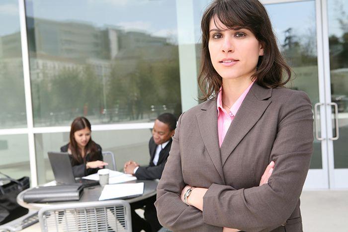 """Firmy w Polsce wciąż niewystarczająco dbają o różnorodność płci  Kobiety nadal stanowią zdecydowaną mniejszość w zarządach i radach nadzorczych firm, pomimo nieustających wysiłków zmierzających ku zwiększeniu różnorodności płciowej w najważniejszych organach spółki. Z piątej edycji raportu """"Women in the Boardroom: A Global Perspective""""."""