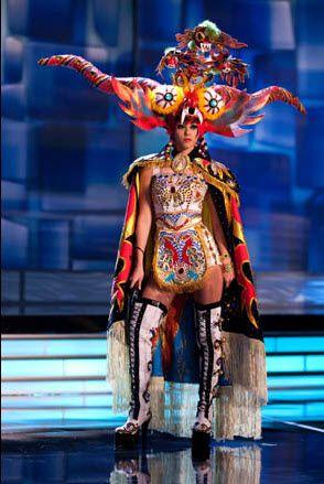 Miss Perú con el traje costumbrista de La Diablada.