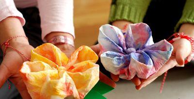 Flores feitas com guardanapos de papel | Pra Gente Miúda