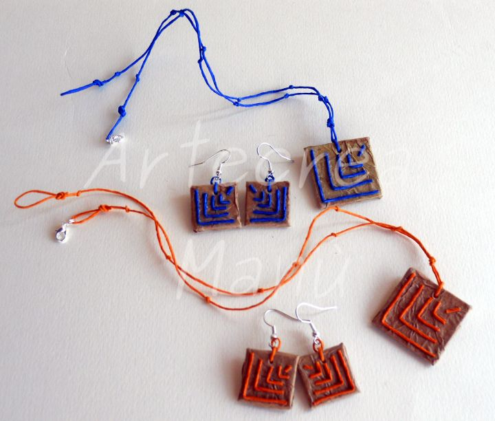 Collana e orecchini in carta naturale color avana, forma quadrata, decoro fili di carta blu e arancione Necklace and earrings in brown paper natural color, square shape, decoration paper wires blue and orange Art. GC02