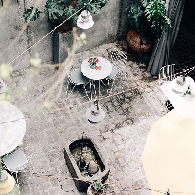 Lazy sunny ☀️ sunday .  .  .  #patio #hotel #barcelona #decor #tropicalmodernism #terrace #localmeetstraveller 📸@irishumm