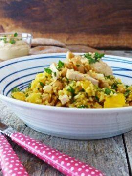 Een maaltijdsalade met bloemkoolrijst, kip en mango. Gezond, snel klaar én lekker. Beter kan bijna niet!