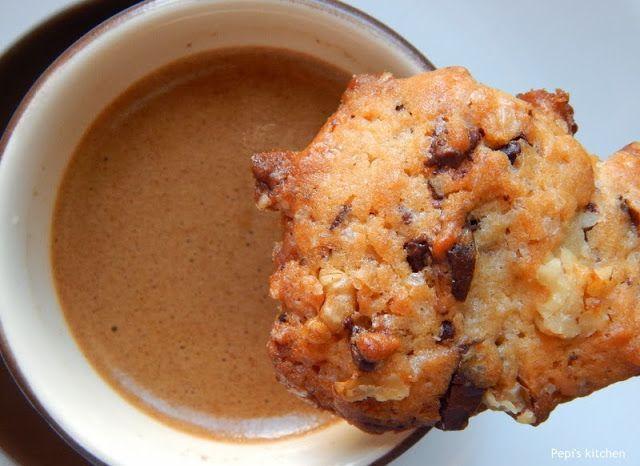 Μπισκότα με σοκολάτα και καρύδια http://www.pepiskitchen.blogspot.gr/2013/10/biskota-me-sokolata-kai-karydia-23.html