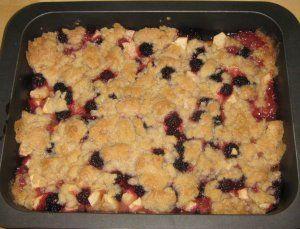 Apfel-Brombeer-Crumble frisch aus dem Ofen