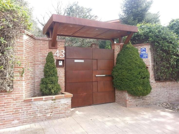 Preciosa puerta de paso con marquesina el bosque acero for Puertas de entrada principal