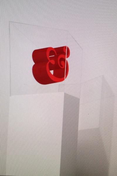 Grafisch ontwerper Jaap Biemans maakte een driediemensionale ampersand – het &-teken uit het EH logo. En plaatste hem, als ware het een design-museumstuk, in een vitrine. 'Het en-teken binnen een font is meer dan een letter, het is een kunstwerkje. Vandaar dat ik hem op een sokkel heb geplaatst. Want als de ampersand mooi zwierig is, voelt het hele lettertype lekker aan.'