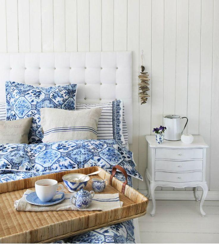 westwing-shabby-küstenstil-schlafzimmer-blau-weiß