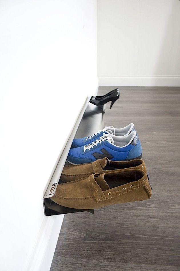 Habt ihr schonmal so ein Schuhregal gesehen? Also ich noch nicht. Die Leiste wird einfach an die Wand montiert und schon hat man auf 120 cm Platz für bis zu sieben Paar Schuhe. Die werden einfach eingehakt und schweben so quasi über dem Boden. So kann man