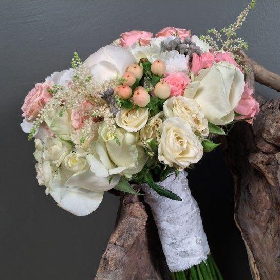 Νυφικό μπουκέτο (Ανθοδέσμη) γάμου από λευκές ορτανσίες, λευκές παιώνιες, λευκά τριαντάφυλλα, ροζ μίνι τριαντάφυλλα, υπέρικουμ, αστίλμπ και silver brunia.  Το δέσιμο είναι από δαντέλα και πέρλες.  Η πρόταση είναι ενδεικτική του NEDAshop.gr και μπορεί να τροποποιηθεί όπως εσείς θέλετε.  http://nedashop.gr/gamos/nifikh-anthodesmh/nyfiko-mpoyketo-gamoy-leykes-ortnsies-peonies-roz?limit=90