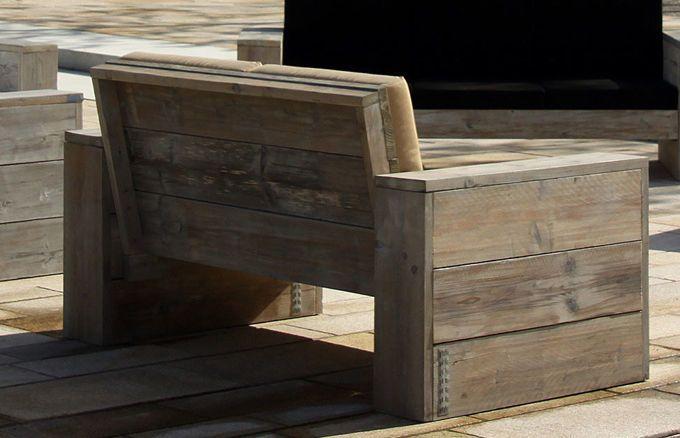 Das abgewitterte Fichtenholz der WITTEKIND Loungemmöbel steht in einem spannenden Kontrast zu den seidigen, witterungsbeständigen Sunbrella-Bezügen der Polster.