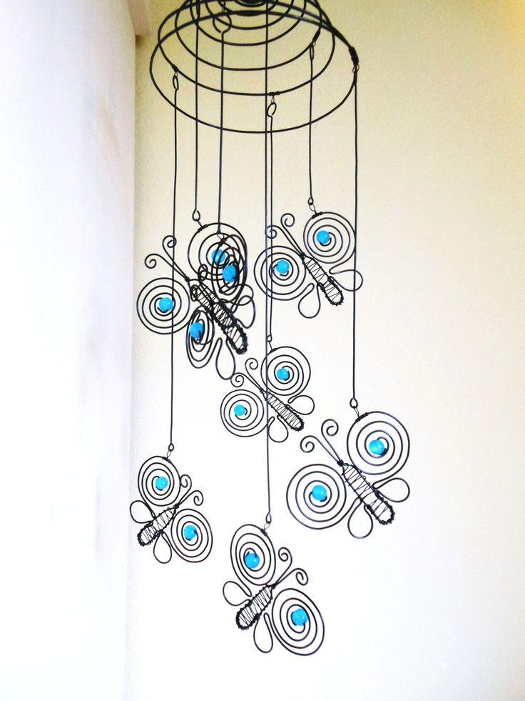 Motýlci na pružině - modraví Závěs je vyrobený z černého žíhaného drátu a dozdobený korálky. Velikost motýlků je 6,5x6 cm. Délka celého závěsu je cca 42 cm. Průměr pružiny je caa 14 cm. Počet motýlků je 7 kusů. Závěs se nejlépe hodí do prostoru, na okno, lustr ... Drát je ošetřen proti korozi, ve velmi vlhkém prostředí může chytit patinu rzi. Možnost ...