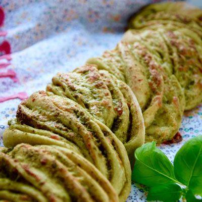 Bag et lækkert madbrød med basilikumpesto og bøffelmozzarella og sno det, så det tager sig ekstra flot ud på bordet.
