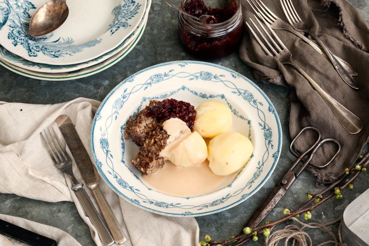 Den här svamp- och nötfärslimpan är saftig och god, med massa smak – perfekt för söndagsmiddagen eller när du är sugen på mat med sås och potatis och lingonsylt.