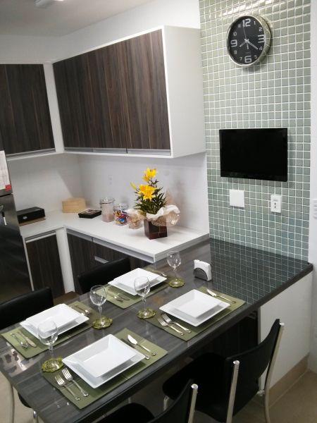 Pequena cozinha em U com boa disposição.