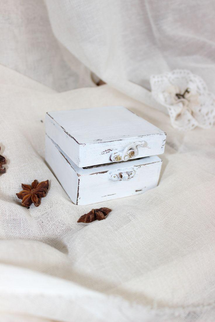 Белая шкатулка для обручальных колец ручной работы с подушечкой из мешковины. Прекрасно подойдет для свадьбы в стиле прованс, шебби, рустик, эко. Свадебная шкатулка для обручальных колец