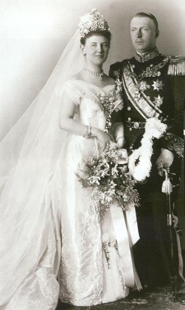 Koningin Wilhelmina en Hendrik van Mecklenburg-Schwerin op hun trouwdag, 7 februari 1901