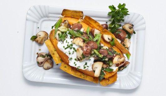 Kartoffeln mit Quark sind so 80er: Jetzt kommen Süßkartoffeln in den Ofen und werden mit Quark und Gemüse gepimpt. Eine echte Nährstoffbombe!