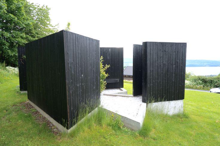 """""""Arboretum"""" (2011) av Rintala Eggertsson Arkitekter. Plassert på Gjøvik omsorgssenter for barn, Øverby. Installasjonen er finansiert av KORO. På KORO sine hjemmesider står det: """"Med en paviljong i form av et verdenskart kan de enkelte mindreårige, enslige asylsøkerne finne sitt land, sitt sted og sitt tre - hentet inn fra den enkelte verdensdel."""""""