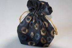Une petite bourse qui brille à réaliser grâce à ce tuto couture ! Elle sera parfaite pour offrir un petit trésor ou pour conserver des bijoux