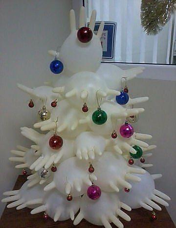Con guantes podemos crear un árbol de navidad en el colegio.