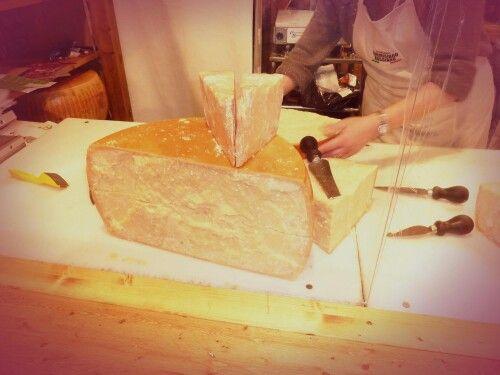 Cut me a piece of Parmigiano,  please!