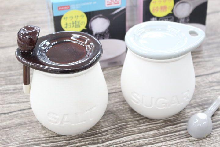 かわいくて機能的 100円ショップ ダイソーで見つけた塩 砂糖をサラサラに保つ調味料入れ サラサラお塩の素焼きポット サラサラ砂糖の素焼きポット をご紹介します 砂糖 調味料入れ 100均 100均 調味料